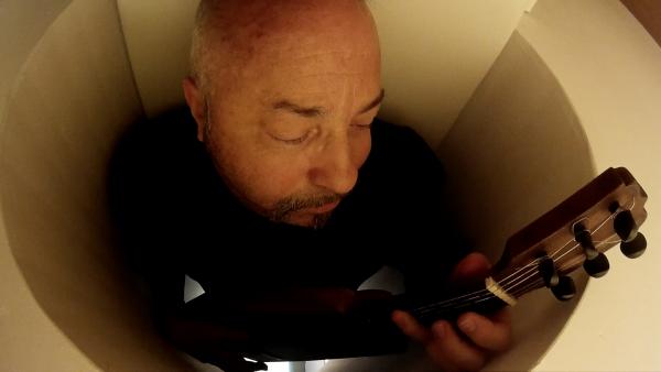 Carlos Zárate toca la guitarra en el interior de la resonancia magnética