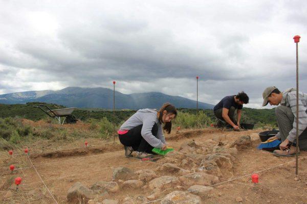 Excavación de estructuras medievales en Los Fayos con el Moncayo al fondo de la imagen