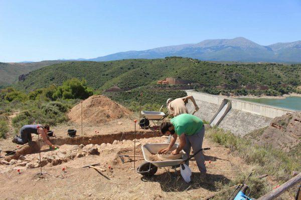 Excavaciones de los niveles de la I Edad del Hierro. Al fondo de la imagen, la presa del Val y el Moncayo.