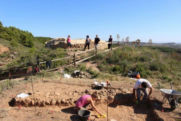 Turistas visitan el Castillo de los Fayos, donde se realizan las excavaciones