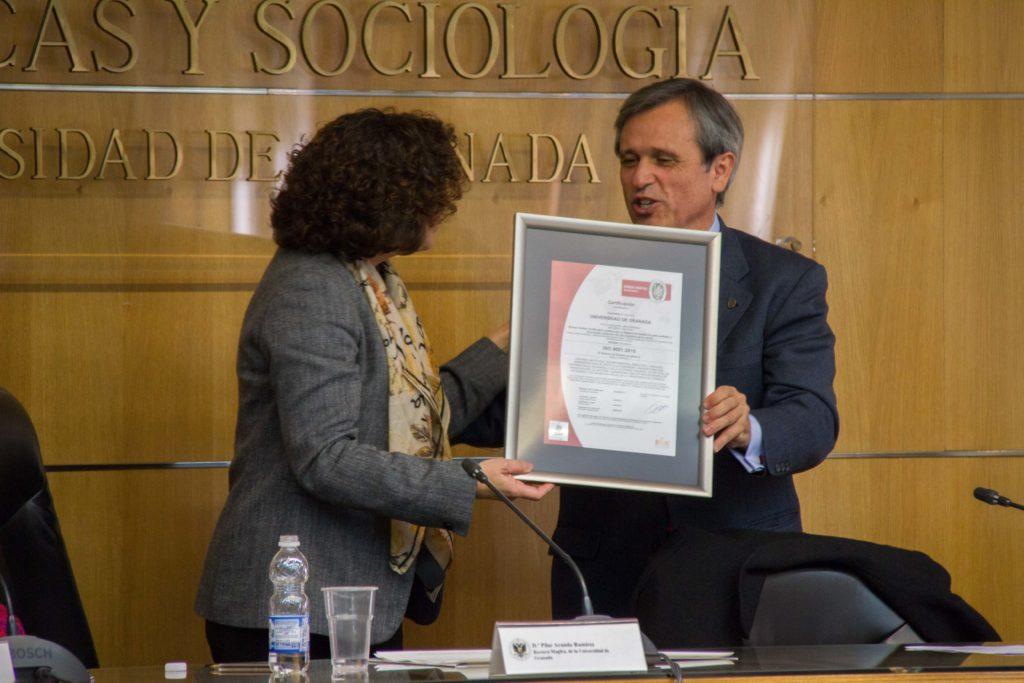 La UGR recibe el Certificado ISO 9001:2015